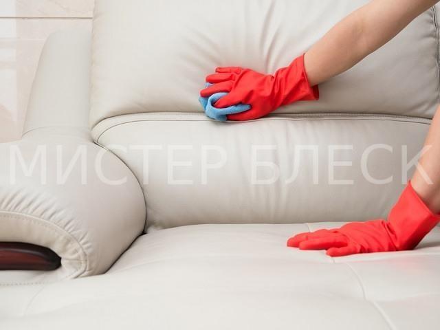как удалить пятна крови с дивана